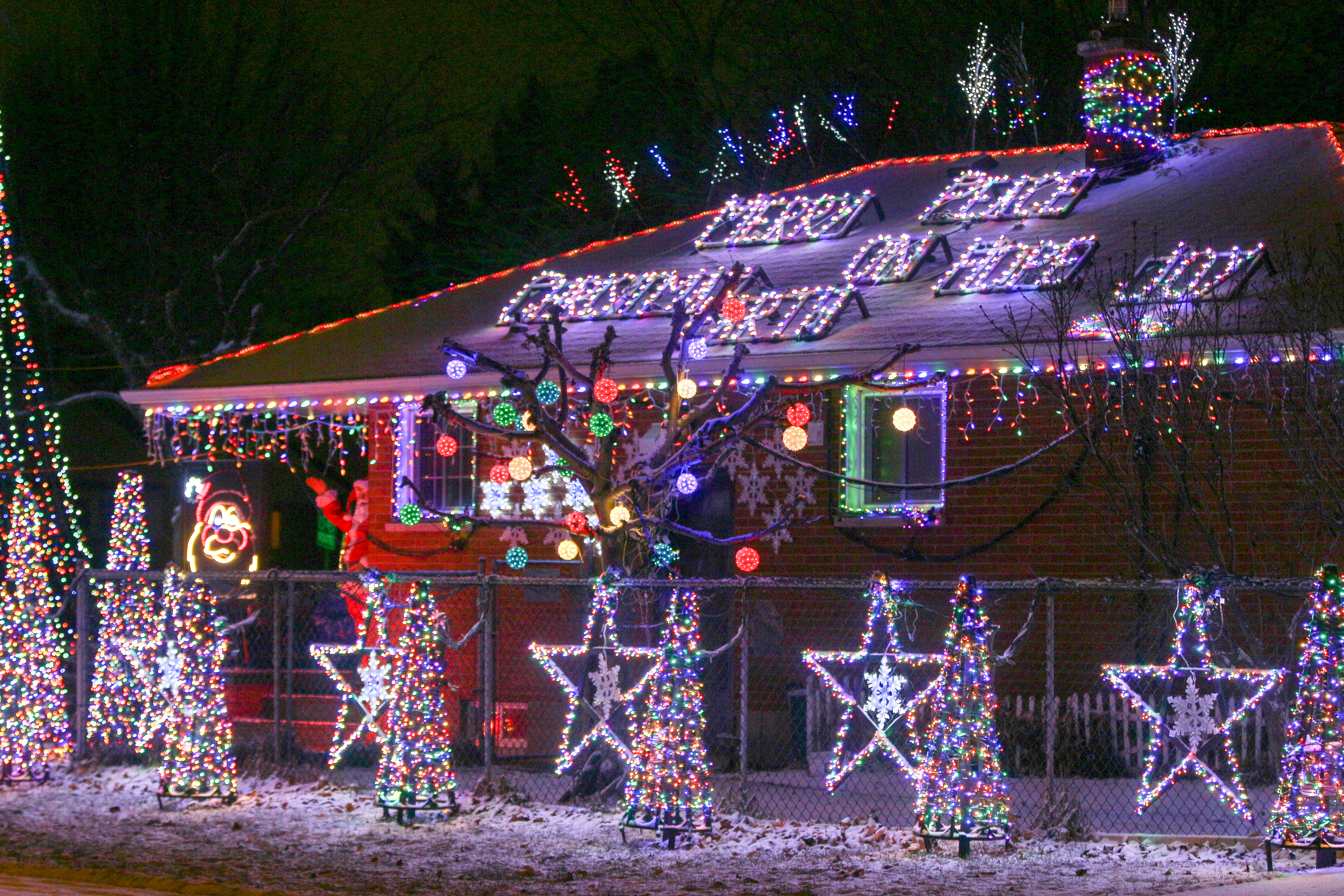 these windsor houses have 30000 christmas lights that blink to music